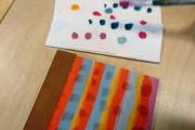 Elever tillverkar arkivmappar. Bild utav paper och färg