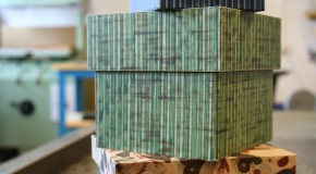 Fotografi utav de kartonger i mönstrade papper som produceras av bokbinderiet.
