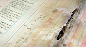 Fotografi utav ett skadat och trasigt dokument