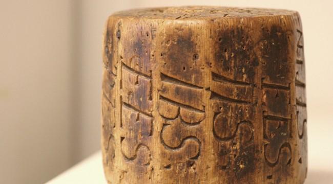 Budkavel i trä med inristade initialer. Denna kommer från Håknäs by 1820-tal.