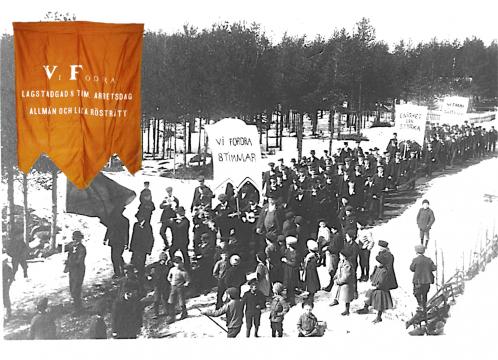 """Äldre svartvitt fotografi på ett demonstrationståg som kräver """"lagstadgad 8 timmars arbetsdag, allmän och lika rösträtt."""""""