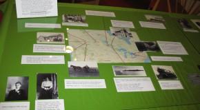 Bild på utställning från Arkivens Dag. Ur Fotoarkivets fotosamling samt en karta med texter till platser där Hjalmar varit.