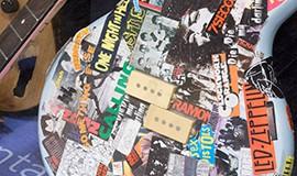 Foto: gitarr med klistermärken. Finns att se i utställning på Västerbottens museum.