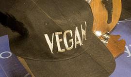 """Foto av keps med texten """"vegan"""". Finns att se i utställning på Västerbottens museum."""