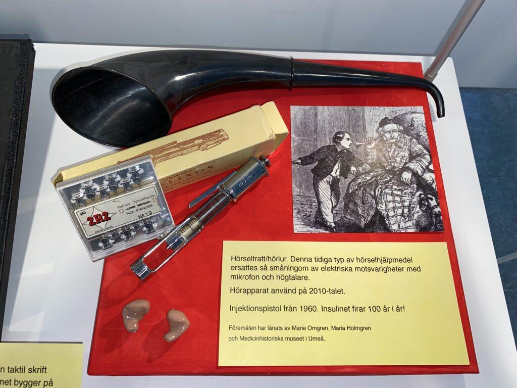 Hörseltratt/hörlur som visas tillsammans med modern hörapparat.